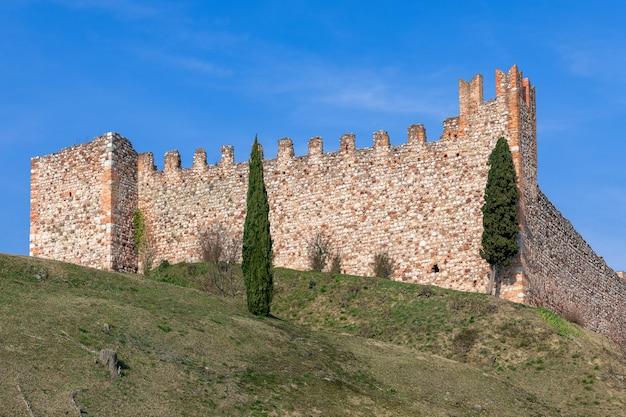 Muro di un castello medievale della città padenghe vicino al lago di garda in italy