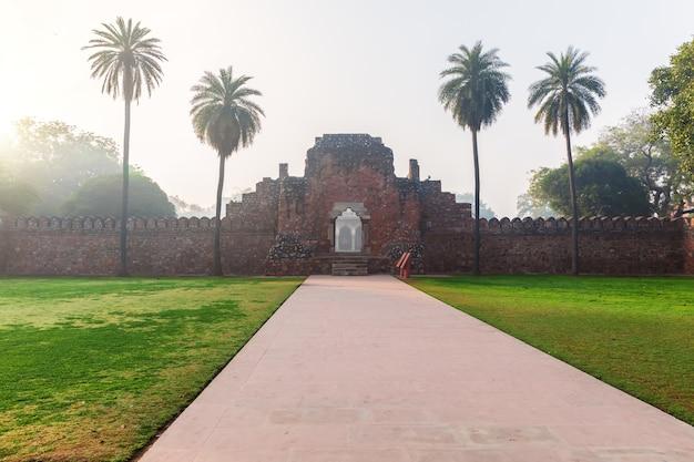 Rovine della parete nel giardino della tomba di humayun, new delhi, india.