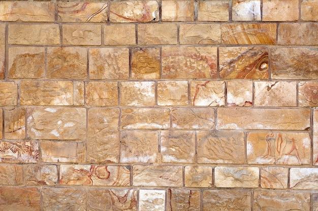 Struttura della parete con pietra decorativa o rivestimento in piastrelle che imita la muratura.