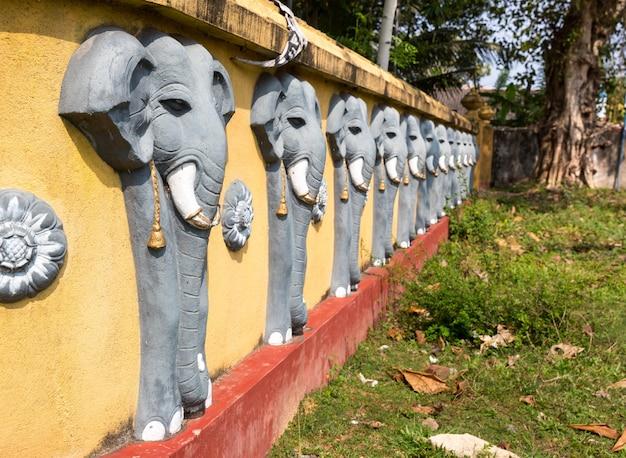 Parete con sculture di elefanti nel tempio del buddha