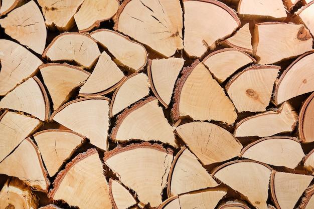 Mucchio di tronchi di legno.