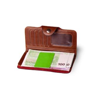 Portafoglio, carta di credito e banconote in euro sulla superficie bianca