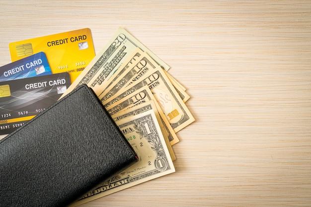 Portafoglio con denaro e carta di credito - concetto di economia e finanza