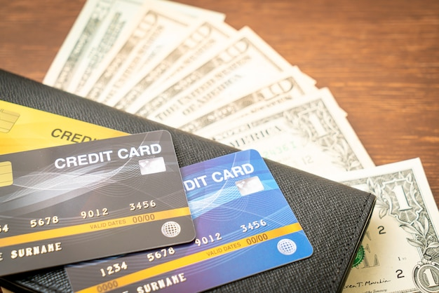 Portafoglio con soldi e carte di credito