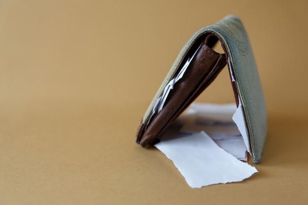 Portafoglio con pezzi di carta invece di soldi