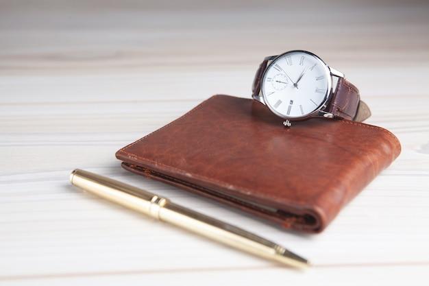 Portafoglio con l'orologio e lo spazio della copia