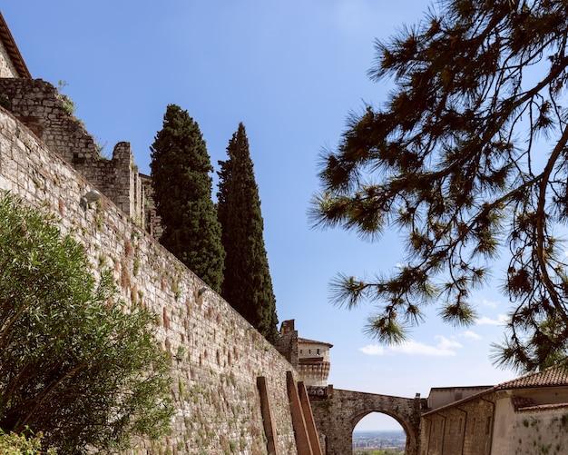 Dietro le mura nel castello della città di brescia. lombardia, italia