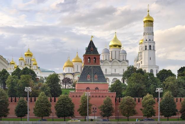 Le mura del cremlino di mosca con l'argine del cremlino architettura russa medievale