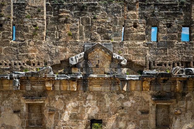 Le mura del vecchio anfiteatro ricordano molto.