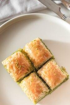 Presentazione e servizio di antep baklava in stile turco alla noce e pistacchio