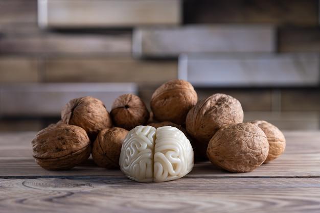 Le noci amano il cibo sano per il cervello. la forma del cervello umano è circondata da noccioli di noce.