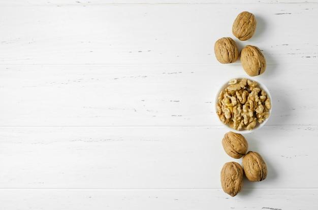 Noci su uno sfondo bianco. noce - una fonte di vitamine e oligoelementi utili. vista dall'alto.