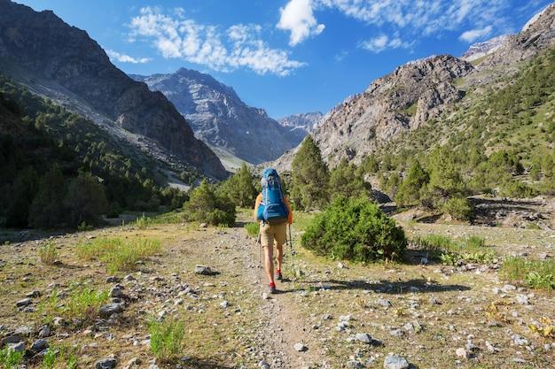 Tempo di voglia di viaggiare. uomo che fa un'escursione nelle splendide montagne di fann nel pamir, in tagikistan. asia centrale.