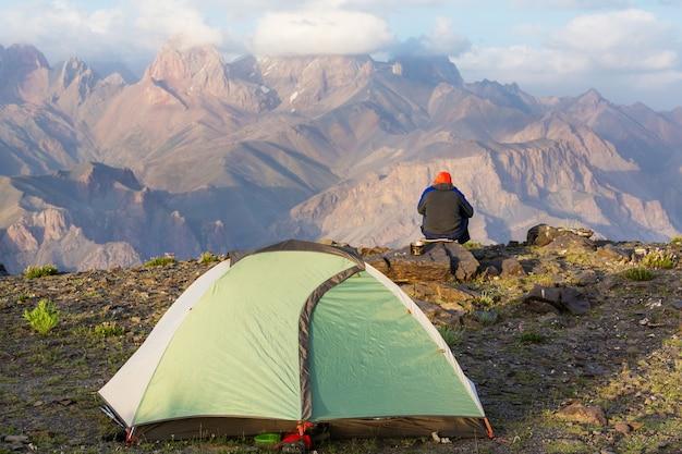 Tempo di voglia di viaggiare. uomo che fa un'escursione nelle belle montagne di fann nel pamir, tagikistan. asia centrale.