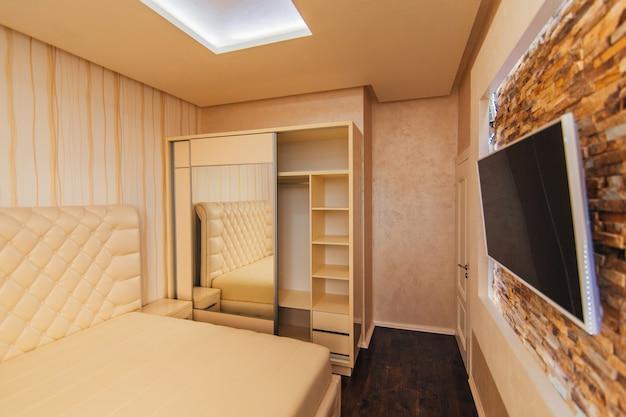 Armadio in appartamento. camera da letto di design d'interni.