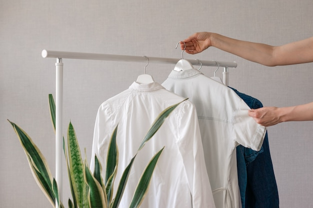L'armadio vestiti appesi su grucce elegante selezione di armadi su un binario in soggiorno