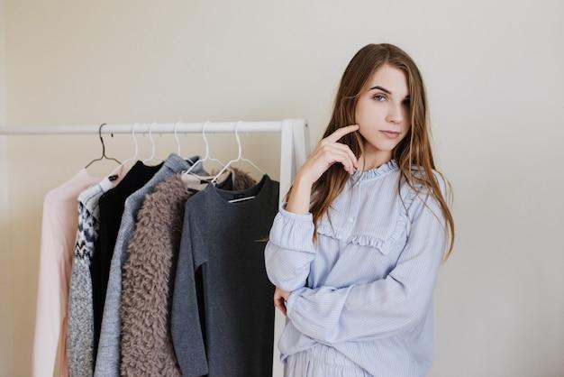 Guardaroba di una giovane ragazza. abiti appesi. scelta della farina cosa vestire?