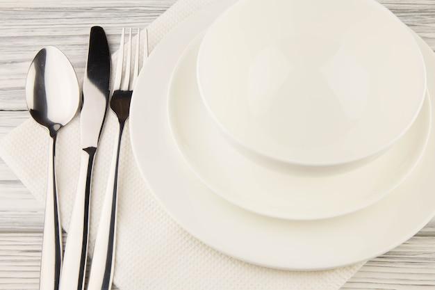 Articoli per cibo bianco su un tavolo di legno