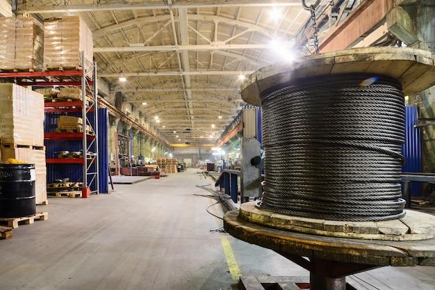 Impresa industriale di magazzino. lo stoccaggio di bobine di corda in acciaio.