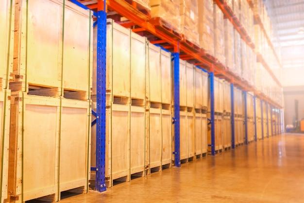 Interno del magazzino con ripiani alti magazzino di stoccaggio