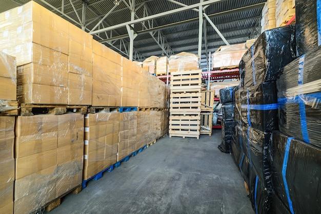 Azienda di trasporto e logistica in magazzino. scatole di cartone avvolte in film estensibile.