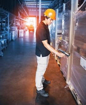 Scanner di codici a barre per la scansione del lavoratore del magazzino con scatole per pacchi magazzino di stoccaggio