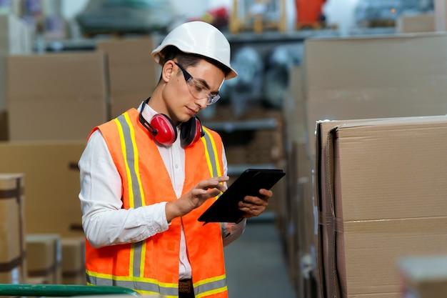 Il lavoratore del magazzino utilizza il tablet