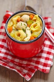 Zuppa calda di tortellini con polpette di pollo