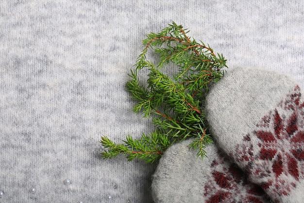 Natale caldo. guanti lavorati a maglia e un albero di natale. sfondo per le vacanze di capodanno