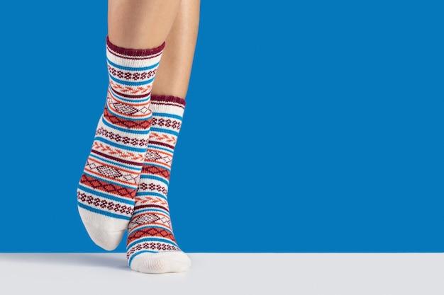 Calze in caldo cotone per lo sport e il tempo libero sulle gambe delle donne.