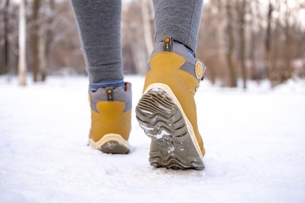 Caldi stivali femminili per escursioni sulla neve in inverno. avvicinamento