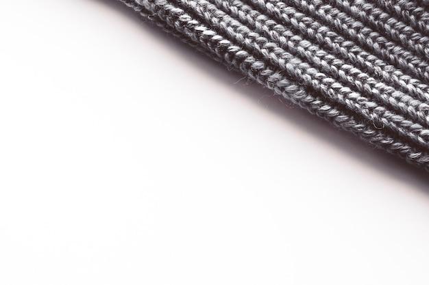 Calda manica lavorata a maglia da un maglione con un motivo. isolare su bianco.