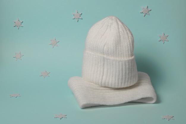 Vestiti da donna in maglia calda con fiocchi di neve. accessori invernali alla moda.