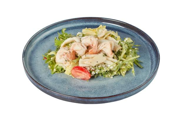 Insalata tiepida con gamberi e calamari, piatto da ristorante, immagine isolata