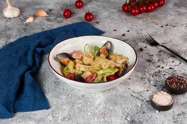 Insalata di mare tiepida con salsa