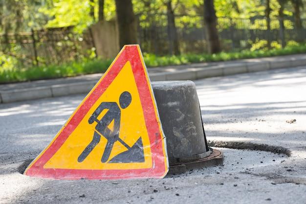 Segnale di avvertimento attenzione, riparazioni in corso