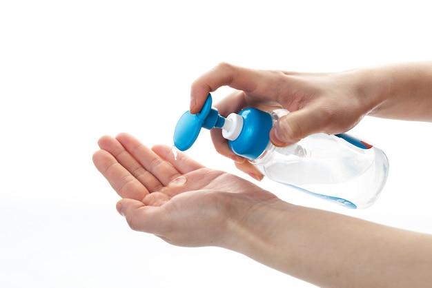 Lavarsi le mani con disinfettante per le mani in gel alcool.