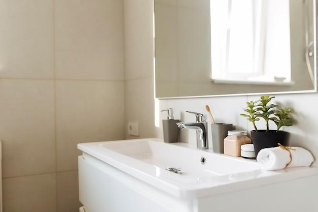 Lavabo in bagno bianco con accessori da bagno. concetto di pulizia dell'hotel. concetto di famiglia.