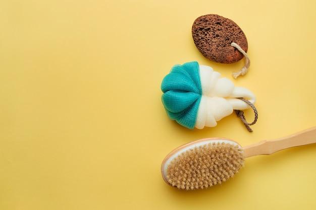 Asciugamano, spazzola da bagno e schiuma per talloni