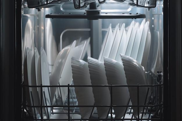 I piatti lavati in lavastoviglie. elettrodomestici da cucina