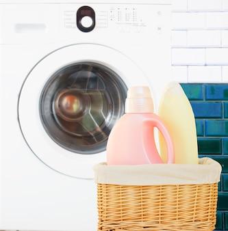 Detersivo per il bucato in bagno davanti alla lavatrice
