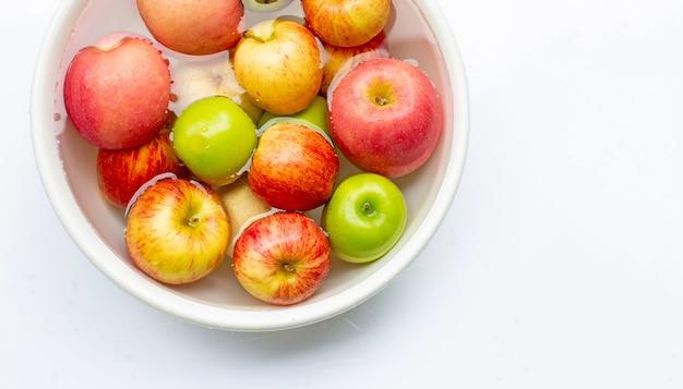 Lavare le mele fresche nell'acqua