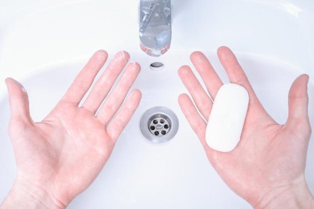 Lavarsi le mani nel lavandino sfregando con soap man per il virus corona, prevenzione covid-19, igiene per fermare la diffusione del coronavirus. distruzione del virus