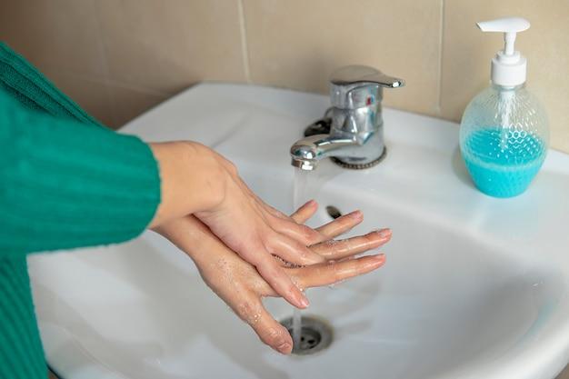 Lavarsi le mani con acqua