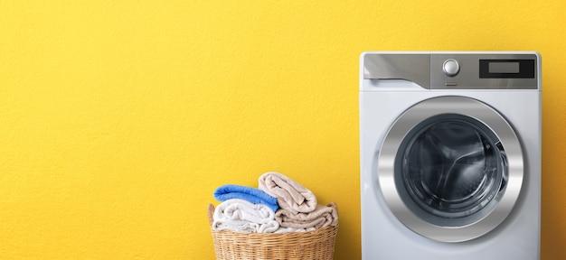 Lavatrice e lavanderia con copia spazio