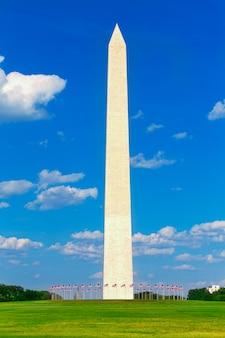 Washington monument e bandiere in dc usa