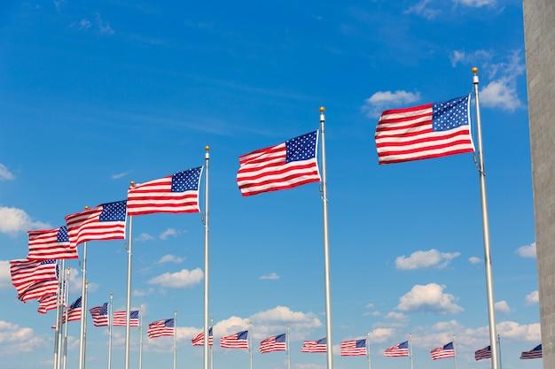 Bandiere di washington monument in dc usa