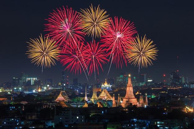 Wat arun e la città di bangkok con fuochi d'artificio colorati, thailandia