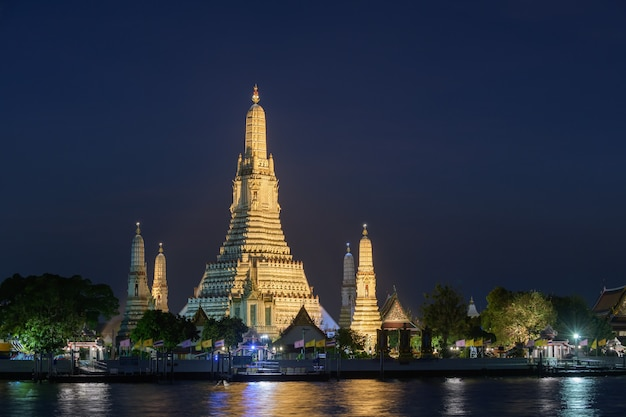 Luoghi religiosi buddisti di wat arun nella notte, bangkok, tailandia