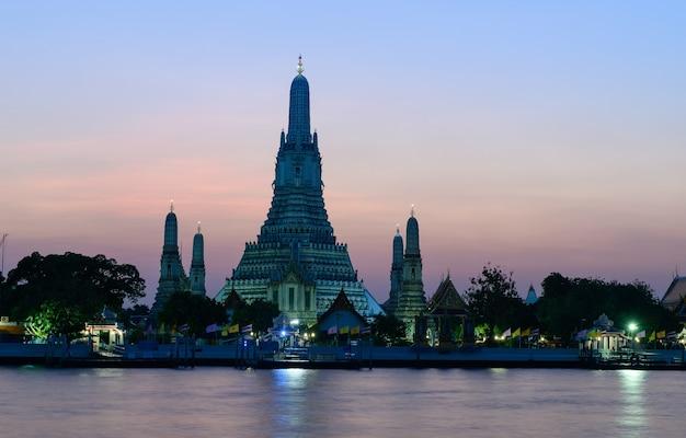 Luoghi religiosi buddisti di wat arun nel tempo di tramonto, bangkok, tailandia